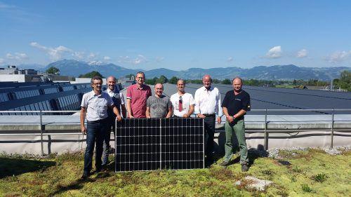 Werksleiter Markus Kronenwett (Zweiter von rechts) und das Projektteam über den Dächern der Fertigungshallen in der Schweizerstraße. Firma