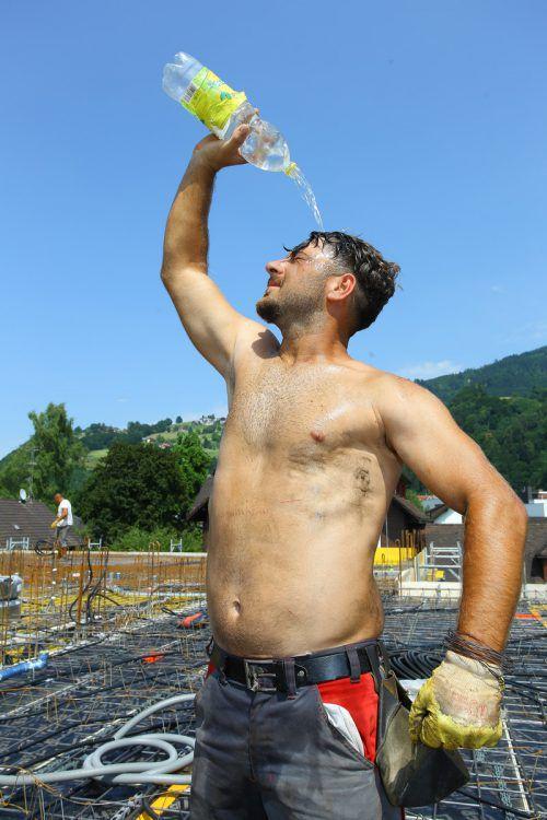 Wichtig bei Arbeit und Sport in der Hitze: viel Wasser. VN/HB
