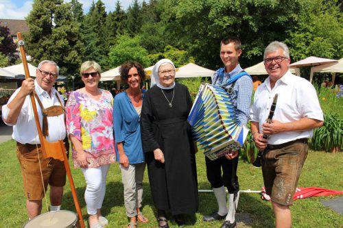 Willkommene Begegnungen und beste Unterhaltung beim traditionellen Sommerfest im Jesuheim in Oberlochau.bms