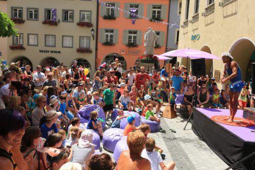 Zahlreiche Künstler verzaubern die Besucher mit ihren Darbietungen beim Milka-Schokofest in Bludenz.                              milka schokofest/stadt bludenz