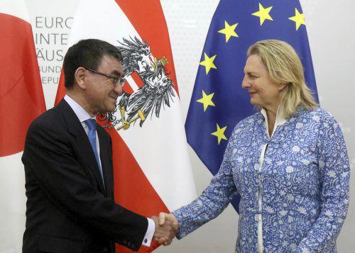 Zwei Außenminister unter sich: Taro Kono und Karin Kneissl. Ap