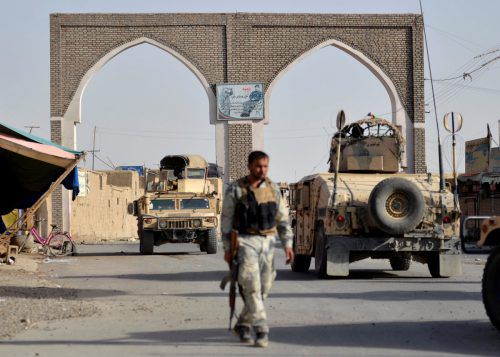 Afghanische Sicherheitskräfte patrouillieren durch die umkämpfte Stadt Ghasni. reuters