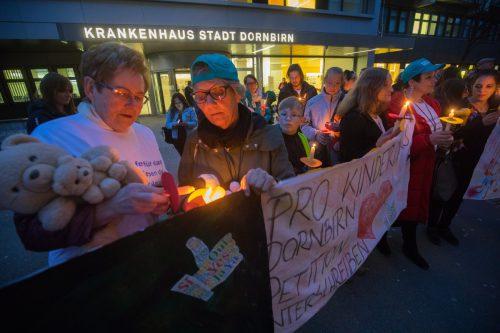 Am 15. März demonstrierten Eltern und Angehörige von betroffenen Kindern für den vollständigen Erhalt der Kinderonkologie in Dornbirn. VN/Hartinger