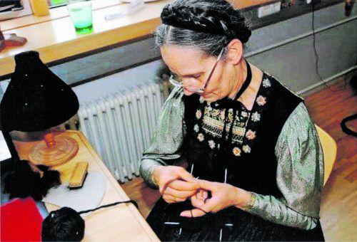 Angelika Metzler strickt eine Spitzkappe, die zur Bregenzerwäldertracht zum Kirchgang getragen wird.