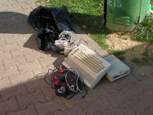 Auch Elektrogeräte werden regelmäßig auf der Autobahn entsorgt. Asfinag