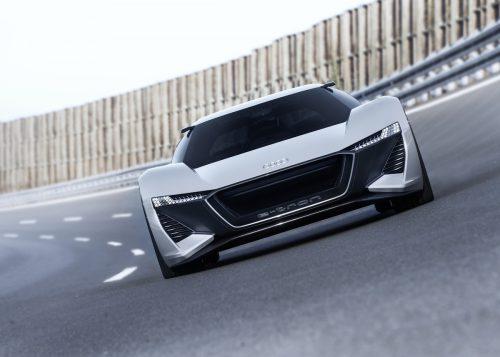 Audi zeigt mit dem PB18 E-Tron einen futuristischen Sportwagen, der dank dreier E-Motoren bis zu 774 PS Leistung auf die Straße bringt.