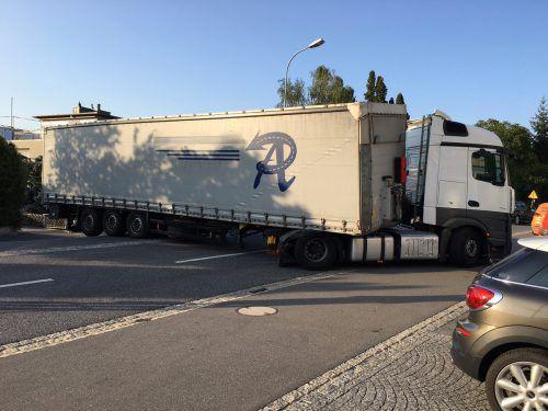 Bei einem Wendemanöver blieb der Lastwagenfahrer mit seinem Gefährt mitten auf der Hauptstraße stecken. LPFL