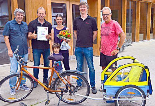 Bludeschs Bürgermeister übergab den Hauptpreis an die Sieger aus Ludesch.