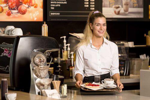 Daria Schuricht arbeitet derzeit im Gästeservice des McCafés in Rankweil. Fa/Mathis