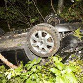 Probeführerscheinbesitzer stürzt mit Pkw 50 Meter ab