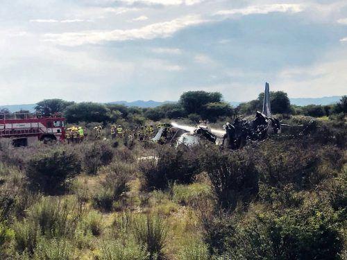 Das Flugzeug ist nach einer Notlandung in Flammen aufgegangen. AFP