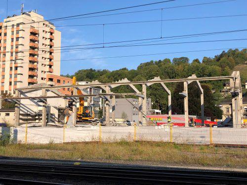 Das nördliche Bahnhofsgebäude in Feldkirch ist mittlerweile schon beinahe komplett abgerissen. VN/Witwer