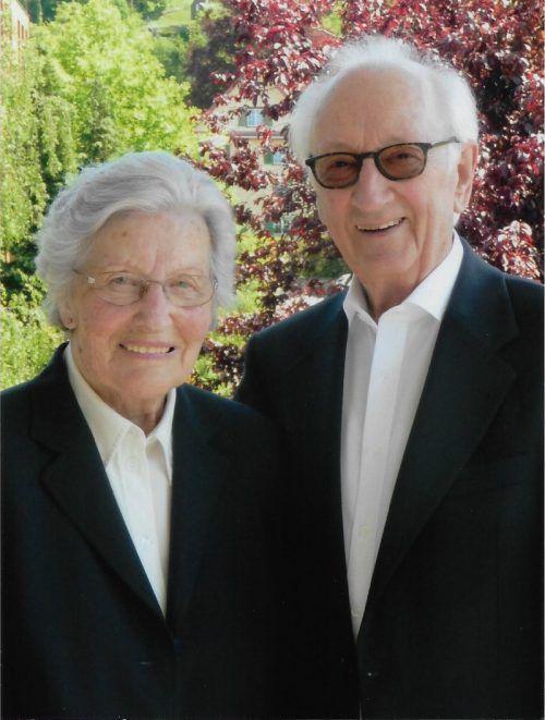 Das Paar dankt dem Herrgott für ein langes und schönes Leben.
