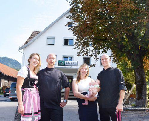 Das Team: Wirt und Koch Steve Köhler mit Claudia Berkmann samt Sohn Til, Koch Martin Steinborn und Franzi Schön, Service. ajk