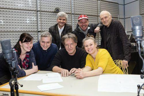 Der Autor Martin G. Wanko (hintere Reihe Mitte) mit seinem Hörspiel-Team samt Musiker Dieter Glawischnig im Aufnahmestudio. ORF/Schoettl
