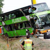 Fernbus kommt von Straße ab: 22 Verletzte