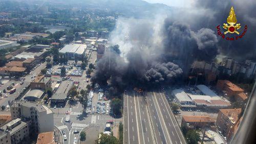 Dichter dunkler Rauch steigt über der Autobahn nahe dem Flughafen der norditalienischen Stadt auf. AFP/VIGILI del FUOCO