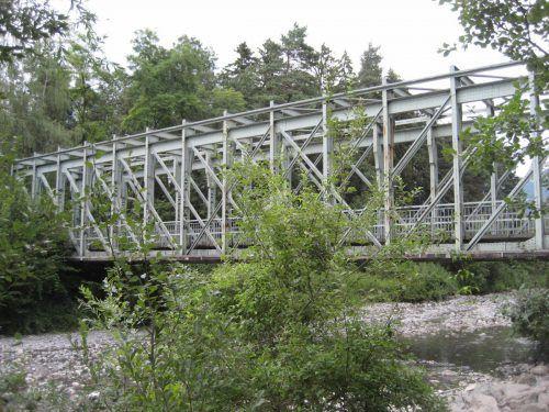 Die alte Eisenbahnbrücke wird heute von Fußgängern und Radfahrern genutzt.