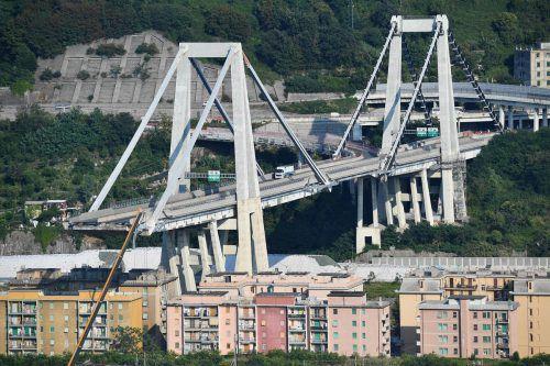 Die Brücke ist auf einem etwa 100 Meter langen Stück eingestürzt. AP