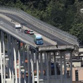 Reste der Autobahnbrücke und mehrere Gebäude vor Abriss