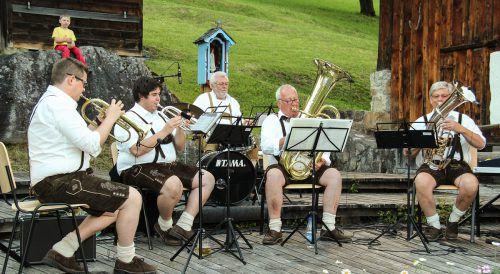 Die Bürserberger Volksmusikanten unterhalten heute Abend im Museumsgarten.