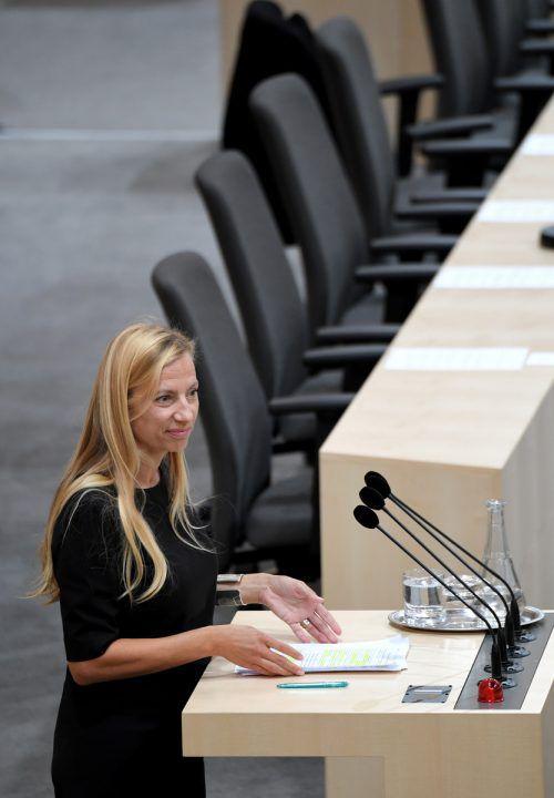 Die Frauenministerin betont, dass die Mittel zu Gewaltschutzzentren umgeschichtet werden. APA