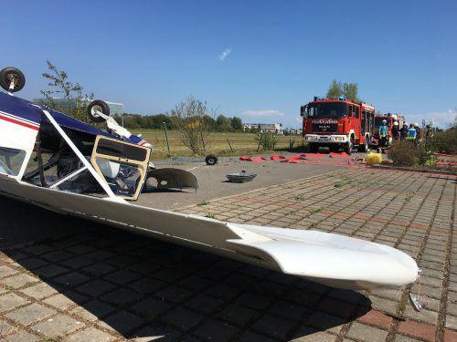Die Maschine überschlug sich und kam auf der Zufahrtsstraße zum Flugplatz auf dem Dach liegend zum Stillstand. Feuerwehr Konstanz