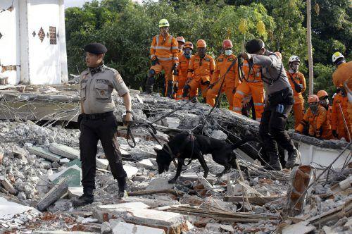 Die Rettungskräfte setzen ihre Suche nach Überlebenden fort. AP