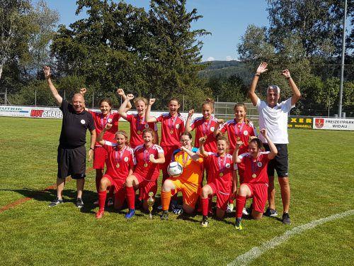 Die Spielerinnen des FC Dornbirn und ihr Trainerduo jubelten über den herausragenden Turniersieg. Lammer