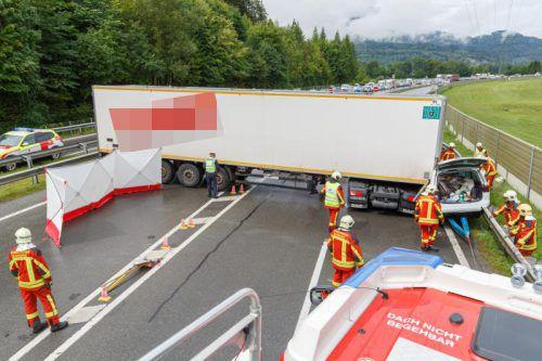 Die Unfallstelle auf der A 14. Der Vorarlberger Pkw (rechts) wurde zwischen Lkw und Außenleitschiene eingeklemmt. hofmeister