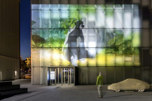 """Die Videoaußenprojektion """"Die reine Notwendigkeit/The Pure Necessity"""" von David Claerbout ist noch bis 31. August am Kunsthaus Bregenz zu sehen.tretter/KUB"""