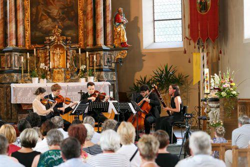 Die Vorarlberger Geigerin Natalia Sagmeister mit ihren Musikerkollegen beim Konzert in der Pfarrkirche. M. Hirschbühl