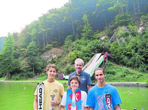 Die Vorarlberger Ski-Freestyler maßen sich mit Deutschland: Jakob Presslauer, Michael Krojer und Conrad Diehl mit VSV-Referent Johann Krojer.vsv