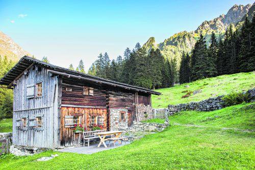 Entlang des alten Handelswegs Via Valtellina liegt ein kleines Gätterhüsli. Hier wurden einst Handelswaren vorbeigetragen. Eine wenig romantische Sache, verbunden mit den Mühen harter Arbeit und dem Ausgesetztsein an Wetterbedingungen aller Art.