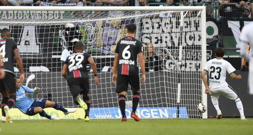 Erst im zweiten Versuch vom Elfmeterpunkt konnte Gladbachs Jonas Hofmann (rechts) den stark spielenden Ramazan Özcan im Tor von Leverkusen bezwingen.