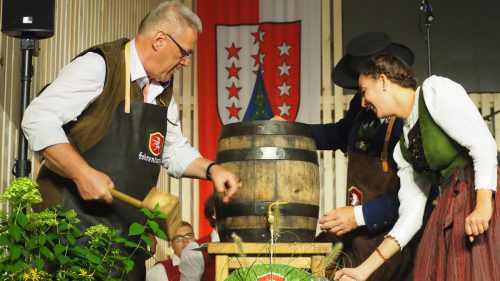 Fassanstich mit Bürgermeister Heinz Ludescher, Obfrau Madita Buchaccher und Vizeobmann Reinhard Matt.ceg