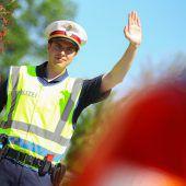 Innenminister plant neue Bereitschaftseinheit der Polizei in jedem Bundesland. B1Die Polizei rüstet auf