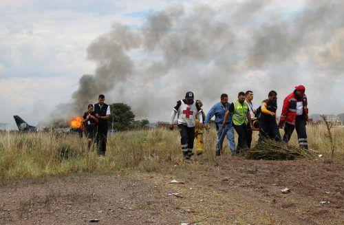 Die Maschine wurde kurz nach dem Start von starken Windböen erwischt und musste notlanden. Das Flugzeug ist komplett ausgebrannt. Alle 103 Insassen haben überlebt. AP