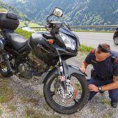 Mit Motorrad gegen Bordsteinwand