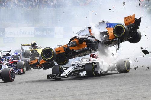 Formel 1-Aussteiger Fernando Alonso segelte nach einem Rempler von Nico Hülkenberg spekaktulär über Charles Leclerc.AP