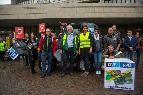 Freitagmorgen vor dem Landhaus: Der ÖGB Vorarlberg tat bei einer Protestkundgebung seinen Unmut über das neue Arbeitszeitgesetz kund. VN/Paulitsch