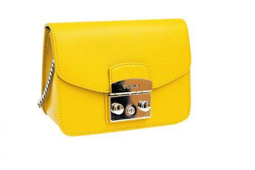 Fröhlich             Diese gelbe Handtasche von Furla versprüht Elan. Gesehen bei Tasche und Co. um 245 Euro.