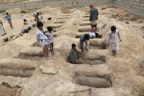 Für die Todesopfer des Luftangriffs in Saada werden Gräber ausgehoben. reuters