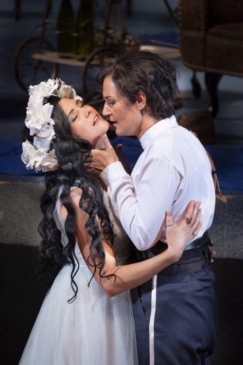 """Gefeiertes Liebespaar: Viktorija Miskunaite und Katrin Wundsam in """"Didone"""" im Landestheater in Innsbruck. Festwochen/Rupert Larl"""