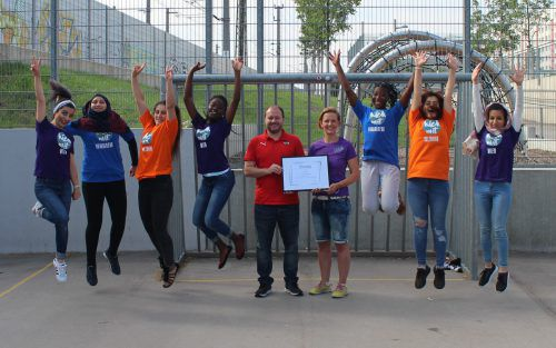 Große Freude bei ÖFB-Mann Ingo Mach und Projektleiterin Eva Maria Klein über die Auszeichnung durch die UEFA.KICK-MIT-ÖSTERREICH