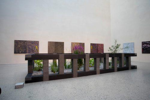 Herbert Meusburger weckt als malender Bildhauer bislang großes Interesses. Die Arbeiten bleiben bis 16. September im Atrium des Vorarlberg Museum.