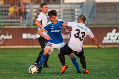 Hüseyin Zengin (blaues Trikot) erzielte so wie Sturmkollege Leo Mikic zwei Treffer beim 5:2-Heimsieg des FC Lustenau gegen Wolfurt. VN/Stiplovsek