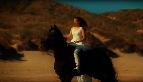 """Im Video zu """"Magic World"""" vereint Chiara Thaler zwei große Leidenschaften: die Musik und das Reiten. Screenshot"""