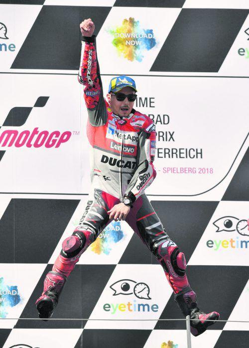 Jorge Lorenzo in Feierlaune. Der Ducati-Star setzte sich beim Spielberg-GP in einem großen Duell gegen WM-Leader Marc Marquez durch. ap