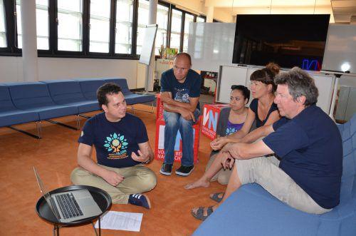 Kamal Thapa (Chay-Ya), Wolfgang Bartl (Let the children walk), Sristi Silwal, Sabine und Elmar Klotz (alle Chay-Ya) zu Besuch bei den VN. hrj